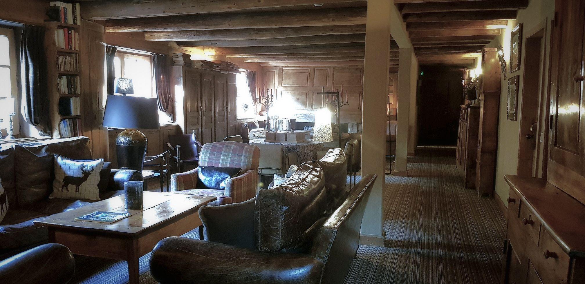 לובי המלון - המון עץ