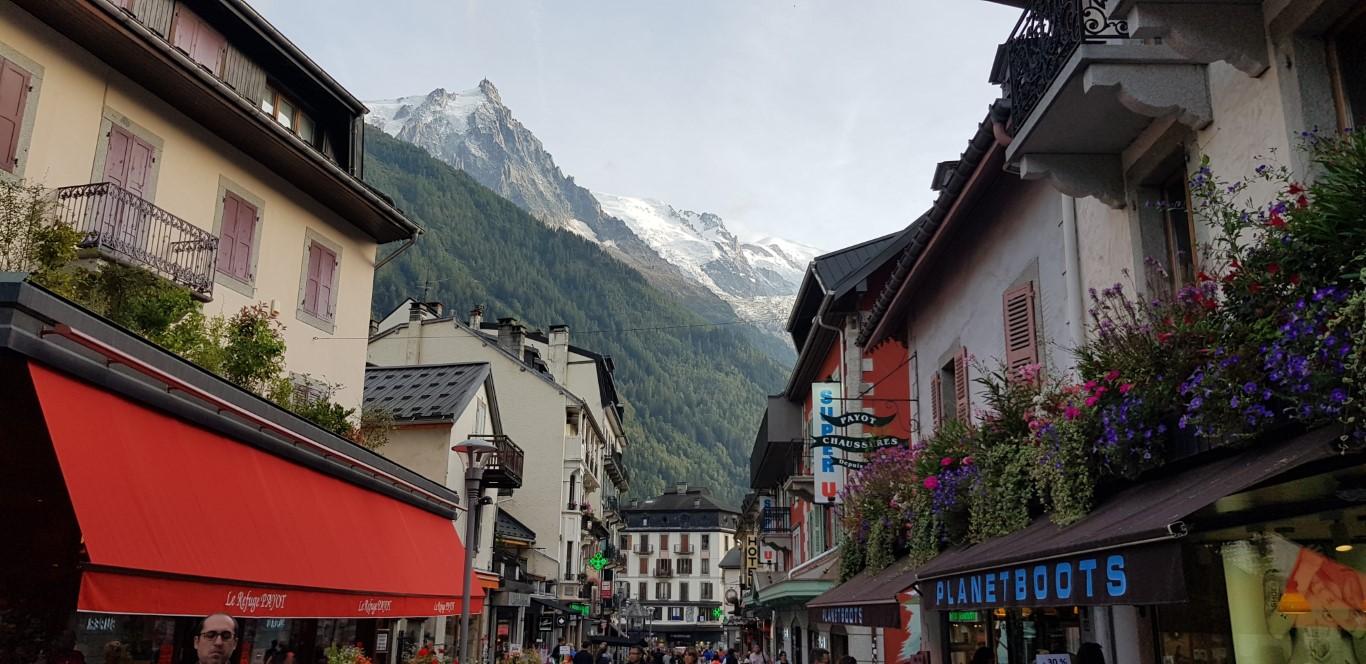 רחובות עם נוף להרים